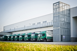 Dagelijks gaan er zo'n 330 ton goederen vanuit alle magazijnen naar ruim 670 klanten. Bijzonder is dat Igepa daarvoor 45 eigen vrachtwagens en eigen chauffeurs inzet.