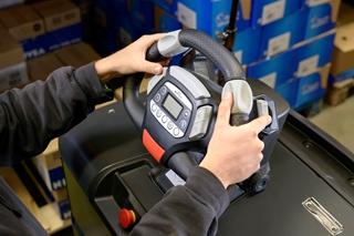 De Still EasyDrive werd ontwikkeld op basis van de feedback van bestuurders. Het optioneel in de hoogte verstelbare stuurwiel heeft een geïntegreerde bediening en display. Zo ziet de bestuurder meteen alle voertuiginformatie, zoals de batterijstatus en de bedrijfsuren.