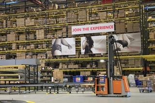 In het Europese distributiecentrum van Walsoorden kunnen per uur zo'n 3.000 pakketten worden verwerkt.