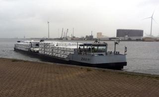 Foto 3: Blue Line Logistics heeft sinds kort twee vrachtcatamarans om pallets met goederen te vervoeren via het water.