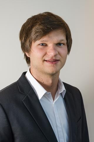 """Niels De Smet: """"Ik heb kunnen aantonen dat een gecombineerd gebruik van aggregatie en disaggregatie een beter resultaat oplevert. Een algemene trend voor de hele groep is ook van toepassing op elke individuele winkel en dat moet een planner meenemen."""""""