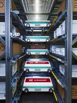Het OSR Evo-shuttlesysteem in het nieuwe magazijn is 19 meter hoog geworden. Het biedt maar liefst 134.000 bakkenlocaties op 40 niveaus. Ongeveer 120 shuttles in combinatie met een lift- en conveyorsysteem zorgen voor de aan- en afvoer van bakken.