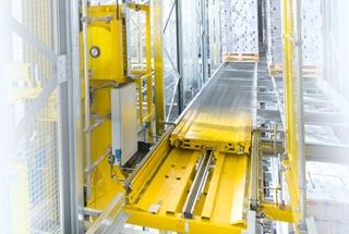 Het kranenmagazijn dient als opslagsysteem. Orbitershuttles kunnen de pallets in de kanalen verplaatsen op basis van wat het WMS Wamas oplegt.