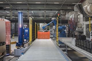 Deze machine produceert telkens een andere container met een ander kleur, afhankelijk van de gietvorm die erin wordt vastgemaakt. Als de gietvorm eenmaal in de machine zit, kunnen er 24/7 dagelijks 700 boxen worden geproduceerd. Op termijn kunnen er vijftien machines in de productiehal worden geïnstalleerd.