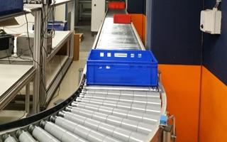 De rollenbaan van Easy Systems kan aan gelijk welk ander systeem worden gekoppeld. Het systeem werkt op basis van sensoren die gevoelig zijn voor kleur. Orders die bijvoorbeeld niet hoeven te worden gesorteerd, belanden in een blauwe bak. De rollenbaan herkent de blauwe kleur en rolt de bak rechtstreeks door naar de inpakafdeling.