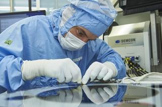 ASML ontwikkelt lithografiesystemen voor semiconductors. Het bedrijf maakt dus machines waarmee microchips worden geproduceerd.
