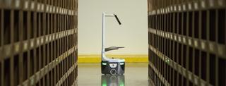 DHL gebruikt de Locus Robots om efficiënter orders te verzamelen. Hierbij bewegen de autonome robots van de ene naar de andere gang met de orderpickbakken, terwijl de medewerkers de orders verzamelen in de zone die hen is toegewezen.