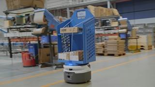 De Fetch Robot doet bij DHL dienst als 'virtuele conveyor' voor point-to-point transporten. Deze robots kunnen 72 kilo dragen, 9 uur na elkaar werken en 2 meter per seconde rijden.