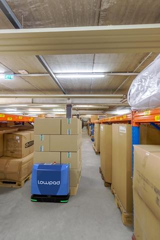 De Lowpad kan perfect met menselijke collega's samenwerken. De mobiele cobot is met zijn 12cm erg laag, waardoor hij zich gemakkelijk onder de stellingen in de magazijnen kan bewegen. De zelflerende software zorgt voor een dynamische inrichting van het fulfilmentproces in de magazijnen.