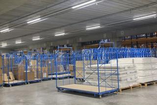 De aangepaste corletten kunnen vlot door material handling equipment worden behandeld en veilig in hoogstapelrekken worden opgeslagen. Grotere stukken gaan de laagbouw in. Op die manier kan Top Interieur nu zowel dozen als gemonteerde meubelen vlot een plaats geven.