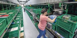 De magazijnkranen in het DPS zorgen voor een ordergerelateerde verzameling van de voorraadbakken in het pick-front aan de voorzijde. Afhankelijk van de orderstructuur worden bakken op een statische of dynamische manier aangeleverd.