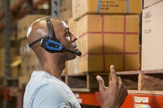 Bij voicepicking dragen medewerkers een hoofdtelefoon, zoals deze Honeywell SRX2 headset. Ze krijgen gesproken instructies, kunnen mondelinge feedback geven en picken volledig handenvrij.