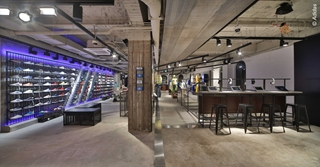 Adidas zet onder meer zijn eigen retailwinkels in als opslagplaats voor voorraad. Er is meer voorraad beschikbaar en bovendien bevinden producten zich dichter bij de consument, wat gunstig is voor de ecologische voetafdruk.