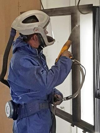 Bij RAL wordt er zoveel mogelijk gewerkt met karren waarop de zware materialen doorheen de werkruimte kunnen worden vervoerd. Dat gaat sneller, maar is ook beter voor de ergonomie van de medewerkers. Verder is er ook veiligheidsuitrusting, zoals helmen en veiligheidsbrillen, ter beschikking.