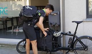 In het kader van het project verliep de last mile belevering vanuit het micromagazijn naar de winkels enerzijds met een elektrische bolderwagen (Stint), anderzijds via fietskoerier Cargo Velo.