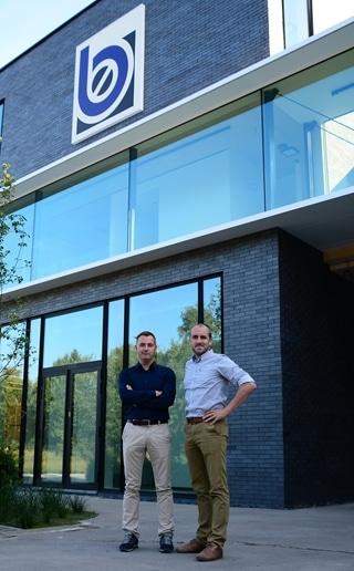 """""""Sinds de implementatie van het nieuwe ERP-pakket is onze omzet met bijna 25% gestegen,"""" zegt Joeri Beneens (rechts op de foto, naast zijn broer Jo Beneens)."""