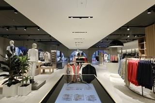 Voor de nieuwe Benettonwinkel in Londen werd afgestapt van het traditionele winkelconcept. Alles draait er puur om merkbeleving.