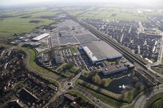 Het distributiecentrum in Leusden is ruim 25.000m² groot en heeft een parkeerterrein voor de opslag van bijna 8.000 voertuigen.