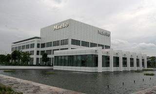 De geografische expansie van Miele is heel gestaag verlopen met Miele Nederland als een van de eerste buitenlandse vestigingen. Het Nederlandse hoofdkantoor ligt in Vianen, dichtbij Utrecht, en er werken 350 mensen, gespecialiseerd in marketing, sales en service.