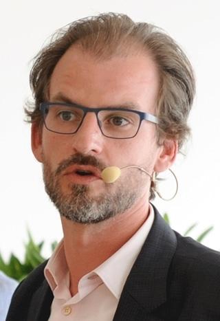"""Mathijs Luts, supply chain director EMEA en India bij Abbott: """"Vandaag printen we hartklepprotheses in 3D. We versturen die met een koerier naar het ziekenhuis waar de patiënt verblijft. Stel dat we in het ziekenhuis zelf zouden printen, dan verandert dat logistieke proces."""""""