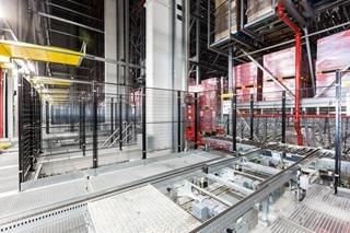 De magazijninstallatie van Dematic biedt op een oppervlakte van 8.000m² ruimte voor 42.000 pallets die dubbeldiep worden opgeslagen. Met behulp van de 11 palletkranen in evenveel gangen en 1.127 meter pallettransport is het mogelijk ruim 300 pallets per uur te laden en te lossen.