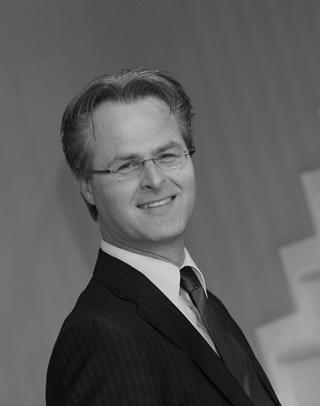 """Prof. Theo Notteboom, professor aan de faculteit Business & Economics van de Universiteit Antwerpen: """"Heel veel havens kunnen enerzijds met zeer mooie groeicijfers uitpakken, wat nieuwe investeringen met zich meebrengt. Anderzijds ervaren die havens een enorme druk om hun impact op het milieu in te dijken. Dat zorgt voor een groot spanningsveld."""""""