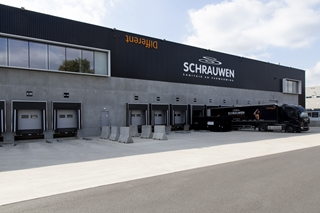 In het centrale magazijn in Herentals beheert Schrauwen een voorraad van 8.000 sku's. Via zijn e-commerce website biedt het bedrijf nog eens 60.000 bestelbare referenties aan.