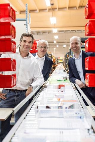"""CEO Jérôme Gobbesso: """"In het belang van de gezondheid van de patiënten versturen onze apothekers dagelijks 1.000 e-mails, goed voor een kwart van het totale aantal bestellingen."""" (Foto vlnr: COO Philippe Detry, CEO Jérôme Gobbesso, CMO Mike Vandenhooft)"""