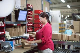 De inpakkers hebben steeds de keuze uit dozen met verschillende formaten. Via video's worden ze opgeleid om papier- en kartonproppen intelligenter rond de producten te plaatsen, zodat er minder van nodig is en er minder wordt verspild.