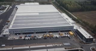 De helft van de dakoppervlakte van het magazijn is bedekt met 4.077 zonnepanelen, wat jaarlijks één miljoen kWh oplevert. Dat staat gelijk aan het jaarlijkse energieverbruik van 285 gezinnen. Het spaart 359 ton CO2 uit.