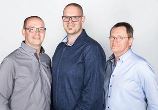 Kristof, Filip en vader Rik Roose (vlnr) bouwden alle onderdelen van de Slimbox zelf en ontwikkelden ook de software wat betreft de proof-of-concept.