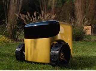 Toadi is een slimme robotmaaier. Voor de ingebruikname stap je één keer de zone waar de robot moet functioneren af en daarbij volgt Toadi je op de voet. De robot slaat die zone in een 3D-kaart op en op basis van die kaart kan hij autonoom in je tuin navigeren.