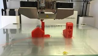 """Robin Kleer, Associate professor Innovatiemanagement aan de Vlerick Business School: """"Traditioneel leer je dat het economisch interessant is om op grote schaal te produceren. Maar 3D-printers maken een eind aan dat principe. Je hoeft niet meer op grote schaal te produceren. Daarenboven kun je heel snel op wijzigingen in je productontwerp anticiperen."""""""