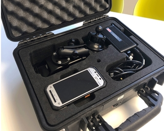 De chauffeur krijgt samen met zijn Panasonic Toughpad FZ-N1 een volledige box mee van X²O, inclusief een oplader voor in zijn vrachtwagen en een voor thuis.