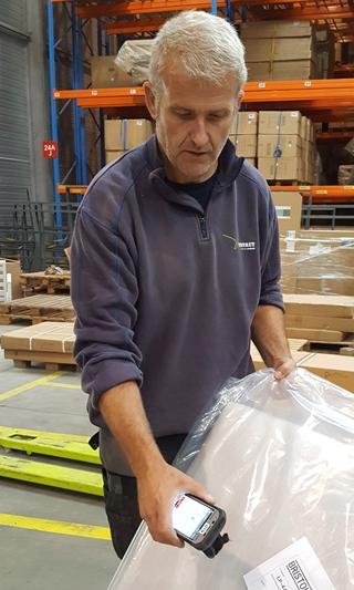 De opvolging via ZetesChronos begint al in het magazijn. Daar zet de logistieke partner de leveringen klaar, waarna de chauffeur alle pakketten ter controle scant.