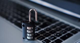 Een van de manieren om onze data te beveiligen is door ze te versleutelen. Zelfs als een hacker erin slaagt toegang te krijgen tot de data, moet hij ze nog steeds weten te ontsleutelen.