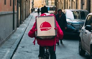 De fietskoerier is een blijvertje, zeker in stedelijke omgevingen. Dat heeft opnieuw met de groei in e-commerce te maken. Want als er genoeg klanten zijn, zodat je in elke straat toch minstens een paar leveringen hebt, dan is zo'n fietskoerier natuurlijk rendabel.
