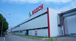 In het kader van een continu verbeterproces streeft Bosch ernaar ook zijn magazijn optimaal te beheren. Daarom gaan de benodigde materialen en grondstoffen zo snel mogelijk – in het ideale scenario rechtstreeks – naar de productielijn.
