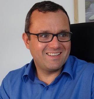 Over de auteur: Peter Snoeckx is ingenieur computerwetenschappen, gevolgd door een MBA, en werkt al meer dan 20 jaar op de grens tussen het verbeteren van bedrijfsprocessen en de invoering van die processen in IT-systemen.  Zijn motivatie om het boek 'Zinvol Digitaliseren' (2018, Uitgeverij Lannoo Campus) te schrijven, is de vaststelling dat een aantal van zijn klanten zich niet aangesproken voelen door de digitale revolutie rondom zich, of dat ze zich er wel door aangesproken voelen, maar niet weten hoe eraan te beginnen om zich aan te passen.