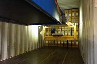 Tegelijk met het stijgend aantal dozen dat bij Scott Sports Group via containers binnenkomt, neemt ook de gemiddelde leeftijd van de medewerkers toe. Een gemechaniseerde oplossing die hun werk kon verlichten, werd echt een noodzaak.