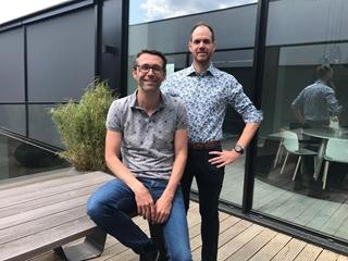 """Frederik Didden, IT program manager bij Carglass Belux (rechts): """"De laatste jaren konden we nieuwe uitdagingen voor onze business heel gericht aanpakken, net dankzij ons nieuwe ERP-systeem."""" (Links op de foto: Tim Berx)"""