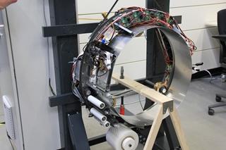 Het L-iTL werkt aan een machine die kleine producten met verschillende vormen efficiënt kan wikkelen. Tijdens het wikkelen wordt gezorgd voor een constante spanning op de folie, waardoor het pakket niet beschadigd kan raken.