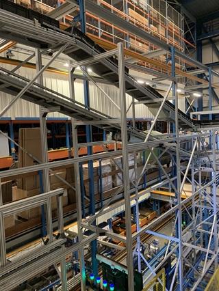 Van begin tot eind volgen de bakken een parcours met rollenbanen, tapijtband, een overzetsysteem en een dubbelwerkende lift.