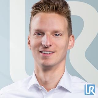 """Christian Janse, sales manager bij Universal Robots Benelux: """"Een cobot heb je al in enkele dagen tijd operationeel, terwijl je bij een klassieke robot toch op enkele maanden moet rekenen. 'Plug & produce', zeg maar. Dat komt vooral omdat cobots heel makkelijk te programmeren zijn."""""""