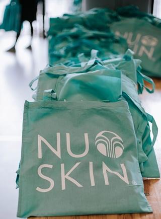 Intussen telt Nu Skin wereldwijd bijna 50.000 zogenaamde sales leaders of distributeurs. Zij verkopen ruim 200 producten voor persoonlijke verzorging en welzijn aan meer dan een miljoen klanten in bijna 50 markten.