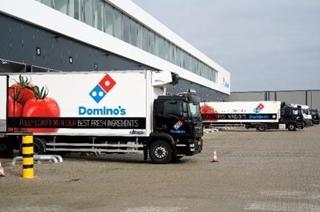 Domino's heeft de gehele keten bewust in eigen beheer. Niet alleen de bezorging aan huis, maar ook de belevering van de filialen wordt door eigen mensen verzorgd.