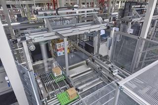 Het hart van het distributiecentrum: het volledig geautomatiseerde OPM-systeem met 32 COM-machines. (Foto: WITRON)