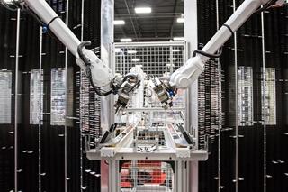 Steeds vaker maakt XPO Logistics in zijn magazijnen gebruik van robotica, vooral voor pickingactiviteiten, maar ook om te palletiseren, bijvoorbeeld. Een positief punt is dat dergelijke oplossingen vrij gemakkelijk naar andere sites te kopiëren zijn.