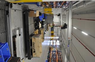 Dewulf plaatst alle onderdelen die een monteur nodig heeft om een deel van het montageproces uit te voeren op langwerpige karren.
