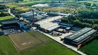 Het nieuwe logistieke centrum (links) vormt het zwaartepunt in het transformatieproces van de supply chain.